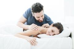 Романтичные пары в кровати стоковое фото rf