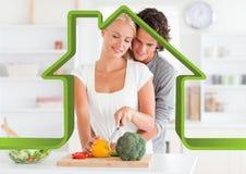Романтичные пары в кухне против плана дома в предпосылке Стоковая Фотография RF