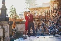 Романтичные пары в любов около Эйфелевой башни стоковое изображение