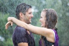 Романтичные пары в дожде лета Стоковое Изображение