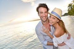 Романтичные пары гуляя на пляж Стоковая Фотография RF