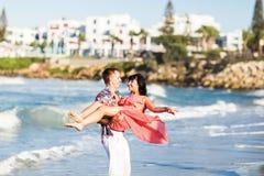 Романтичные пары гуляя на пляж Стоковые Изображения RF