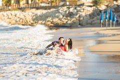 Романтичные пары гуляя на пляж Стоковые Изображения