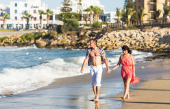 Романтичные пары гуляя на пляж Стоковое Изображение RF