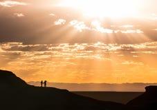 Романтичные пары держа перемещение рук стоковая фотография rf