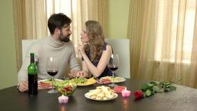Романтичные пары есть и смеясь над сток-видео