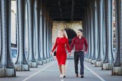 Романтичные пары идя на мост bir-Hakeim в Париже, Франции стоковые изображения