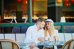 Романтичные пары имея дату в Париже Стоковая Фотография RF