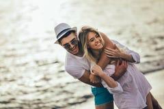 Романтичные пары имея потеху на пляже Стоковые Фото