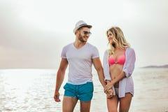 Романтичные пары имея потеху на пляже Стоковое Изображение RF