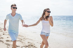 Романтичные пары имея потеху на пляже Стоковое Фото