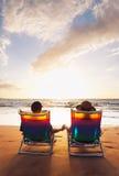Романтичные пары наслаждаясь красивейшим заходом солнца стоковая фотография rf