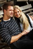 Романтичные пары наслаждаясь солнцем осени в парке Стоковые Фотографии RF