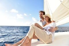 Романтичные пары наслаждаясь круизом на шлюпке Стоковые Фотографии RF