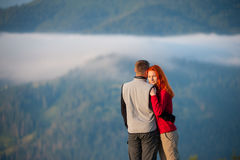Романтичные пары наслаждаясь утром haze над горами Стоковое Изображение RF