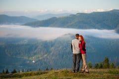 Романтичные пары наслаждаясь утром haze над горами Стоковые Изображения RF