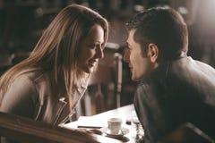 Романтичные пары на баре стоковое изображение rf