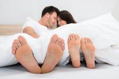 Романтичные пары на кровати стоковая фотография rf