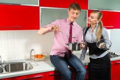 Романтичные пары на кухне Стоковое Изображение RF