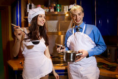 Романтичные пары на кухне Стоковые Изображения RF