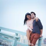 Романтичные пары на пляже стоковое изображение rf