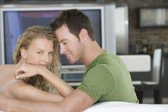 Романтичные пары на софе в живущей комнате Стоковое Фото