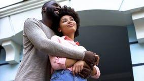 Романтичные пары обнимая, новобрачные на медовом месяце, отношения счастье, привязанность стоковое фото
