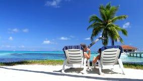 Романтичные пары отдыхая дальше sunbed на Мальдивах акции видеоматериалы