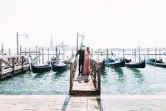Романтичные пары перемещения в Венеции на романс езды Gondole в шлюпке счастливой совместно на праздниках каникул перемещения Ром стоковые фотографии rf