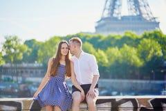 Романтичные пары приближают к Эйфелеве башне в Париж Стоковое Фото