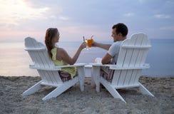 Романтичные пары провозглашать заход солнца Стоковое фото RF