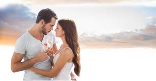 Романтичные пары провозглашать каннелюры шампанского против неба Стоковая Фотография RF