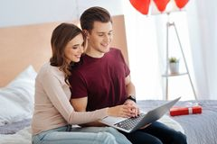 Романтичные пары работая на компьтер-книжке совместно Стоковое Фото