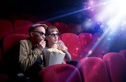 Романтичные пары сидя на зрелище стоковое изображение rf