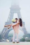 Романтичные пары совместно в Париже Стоковые Фото