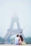 Романтичные пары совместно в Париже Стоковые Фотографии RF