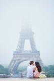 Романтичные пары совместно в Париже Стоковое Изображение RF