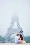 Романтичные пары совместно в Париже Стоковая Фотография RF