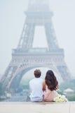 Романтичные пары совместно в Париже Стоковое Фото