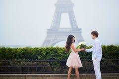 Романтичные пары совместно в Париже Стоковое фото RF