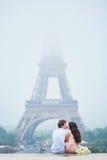 Романтичные пары совместно в Париже Стоковая Фотография