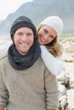 Романтичные пары стоя совместно на скалистом ландшафте Стоковое фото RF