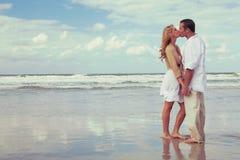 Романтичные пары человека и женщины целуя на пляже Стоковая Фотография