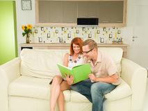 Романтичные пары читая книгу совместно Стоковое Изображение RF