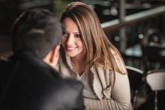 Романтичные пары flirting на баре Стоковое Фото