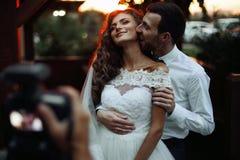 Романтичные пары valentynes новобрачных обнимая на целовать на su стоковая фотография