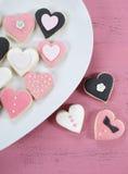 Романтичные печенья пинка формы сердца, белых и черных Стоковая Фотография