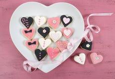 Романтичные печенья пинка формы сердца, белых и черных Стоковое Изображение RF