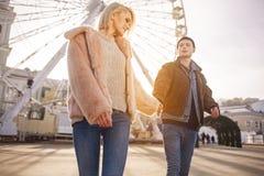 Романтичные подруга и парень на дате наслаждаются временем совместно Стоковые Фото