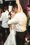 Романтичные пожененные танцы жениха и невеста пар на recep свадьбы Стоковые Изображения RF